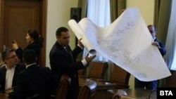 Министри носят карта, за да покажат решението за Перник
