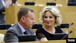 Денис Вороненков і Марія Максакова на засіданні Держдуми Росії, 8 червня 2016 року