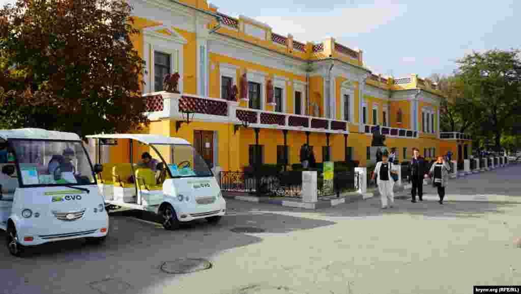 В ожидании туристов у картинной галереи Ивана Айвазовского