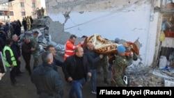 Ալբանիա - Փրկարարները տուժածին դուրս են բերում փլատակներից, Թումանե, 26-ը նոյեմբերի, 2019թ․