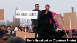 Алмазбек Атамбаев (с микрофоном) во время Тюльпановой революции в Кыргызстане. Бишкек, 24 марта 2005 года. Фрагмент видео с хронологией событий.
