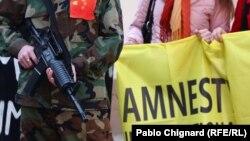 Активисты Amnesty International протестуют против применения смертной казни в Китае. 30 марта 2011 года.