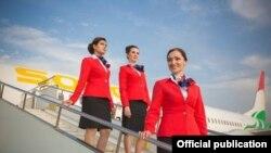 Бортпроводницы на фоне самолет таджикской авиакомпании «Сомон Эйр».