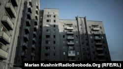 Пошкоджена обстрілами дев'ятиповерхіка в Авдіївці, де розташувались медики-добровольці