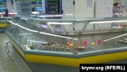 У сімферопольському супермаркеті «Сільпо» м'ясні прилавки поступово порожніють, а в рибних вже нічого немає