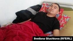 Жаслан Сулейменов, обвиненный в терроризме, лежит в квартире спального района Астаны, куда вернулся после освобождения из тюрьмы.