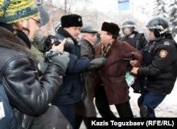 Полицейские задерживают оппозиционного политика Серика Сапаргали. Алматы, 17 декабря 2011 года.