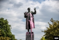 Памятник маршалу Коневу в Праге, облитый краской