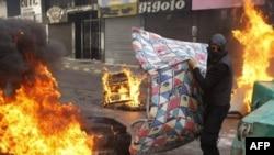 طرفداران گروه حزب الله جاده های اصلی پايتخت را مسدود کرده اند که اين اقدام باعث فلج شدن بيرون شده است. (عکس از AFP)