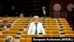 По време на пленарната сесия през март евродепутатите бяха помолени да седят поне през място, за да не се заразят, но гласуването трябваше да бъде отменено