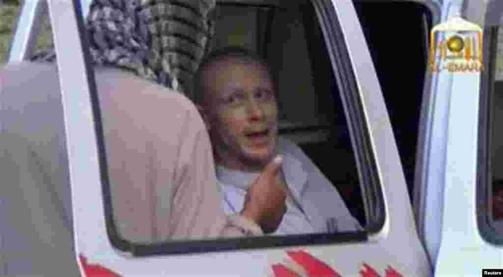 Американский военнослужащий Боу Бергдал (на фото) покинул военный госпиталь в Германии и вылетел 13 июня в США. Он попал в плен к талибам в Афганистане в 2009 году, содержался в неволе в Пакистане, где, как утверждает, его подвергали пыткам. В конце мая освобожден в обмен на пятерых талибов, содержавшихся в тюрьме Гуантанамо. Администрация президента Барака Обамы утверждает, что это был обмен военнопленными. Оппоненты президента обвиняют администрацию в том, что та пошла на сделку с террористами, а также в том, что она, возможно, нарушила закон, не уведомив конгресс о планируемом освобождении заключенных Гуантанамо. Пентагон объявил о том, что ведется расследование обстоятельств захвата Бергдала талибами. С ним самим еще не были проведены собеседования. Пока никто не берется прогнозировать, какому он может быть подвергнут наказанию, если выяснится, как подозревают многие из его сослуживцев, что он добровольно покинул свое подразделение.