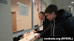 Анатоль Міхнавец і Ігар Шчэкарэвіч перадаюць зварот да генпракурора Польшчы, 6 сьнежня 2011.