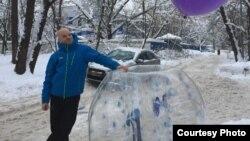 Акционист Виктор Пашин и его шар