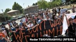 """Mladi iz grada Gori napravili su """"živi zid"""", noseći transparente na dvogodišnjicu rusko gruzijskog rata, 11. avgust 2010"""
