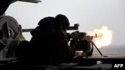 Боєць добровольчого батальйону «Правий сектор» відстрілюється від нападу сепаратистів на село Піски неподалік Донецького аеропорту, фото 3 січня 2015 року