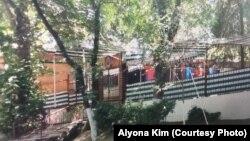 Близкие Алены Ким утверждают, что правоохранительные органы Узбекистана начали подозревать ее в шпионаже после того, как женщина проработала официанткой в ресторане «Очил» в таджикском городе Худжанд.