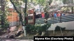 Близкие Алены Ким утверждают, что правоохранительные органы Узбекистана начали подозревать ее в шпионаже после того, как женщина проработала официанткой в ресторане «Очил» в таджикском городе Худжанд