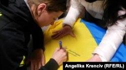 Біатлоністка Валя Семеренко залишає автограф на вболівальницькому прапорі, Нове Место, Чехія, 8 лютого 2015 року