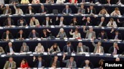 Membrii Parlamentului European votînd ridicarea imunității europarlamentarei franceze Marine Le Pen, acuzată în țara e de rasism, 2 iulie 2013.