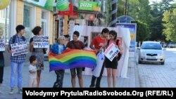 Пикет представителей ЛГБТ-сообщества. Симферополь, 2 августа 2013 года