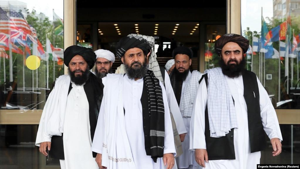 Мулла Абдул Ғани Барадар (ортада) бастаған Талибан делегациясы келіссөзден шығып кeледі. Мәскеу, 30 мамыр 2019 жыл.