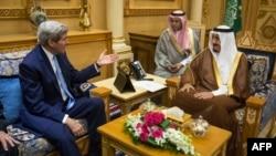 Госсекретарь США Джон Керри с королем Саудовской Аравии Салманом бин Абдулазизом, октябрь 2015 года