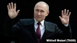 Президент Владимир Путин на прямой линии