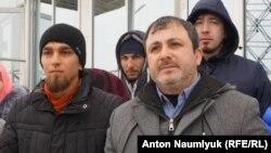 Qabaatlanğan faal Şevket Razzaqov (solda) ve advokat Mammet Mambetov (sağda)