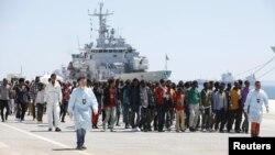 Իտալիա - Միգրանտները իտալական նավից իջնում են Սիցիլիայի Օգուստա նավահանգիստ, մայիս, 2015թ.