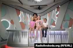 Руководитель «Веселка ТВ» Дина Ибрагимова и самая младшая группа ведущих