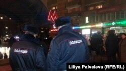 Сотрудники полиции рядом с метро «Октябрьское поле».