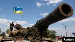 Український військовослужбовець на танку в місті Дебальцеве, Донецька область 2 серпня 2014 року