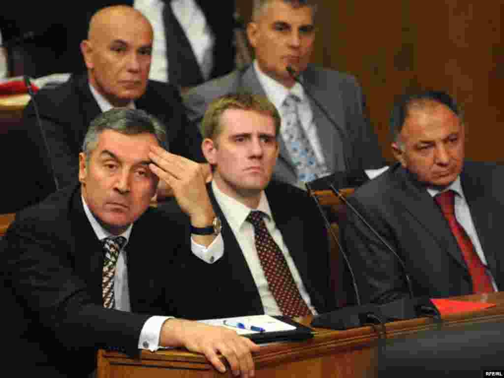 Crna Gora - Male promjene... - Crnogorski parlament je većinom glasova prihvatio izvještaj mandatara Mila Ðukanovića i njegov prijedlog za sastav nove crnogorske vlade.