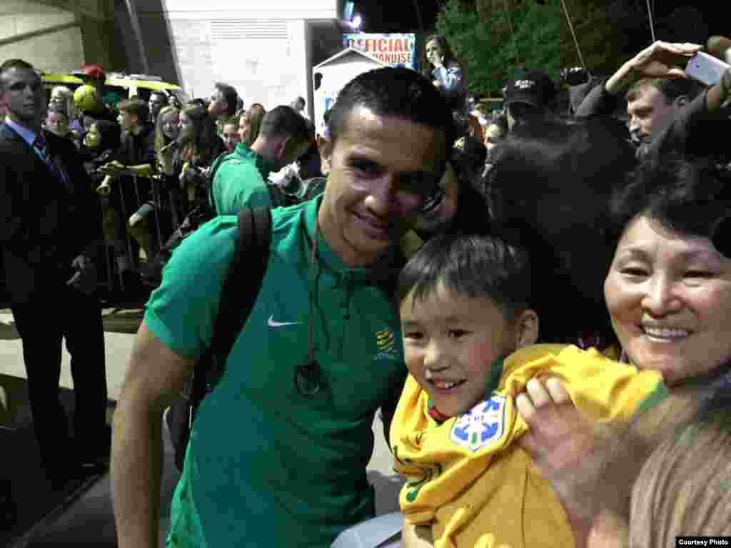 Болельщики фотографиролись и с игроком австралийской команды Тимом Кехилом, который забил гол в ворота кыргызской команды на 50-й минуте.