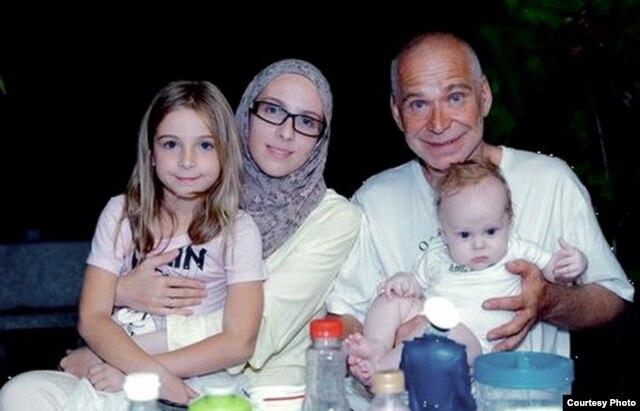 Дмитрий Запольский с женой Еленой-Айшей, дочкой Линой и сыном Райаном на Тайване