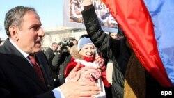 Arxiv foto: Levon Ter-Petrosyan seçicilərlə görüşür.