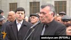 «Ժառանգության» ներկայացուցիչներ Ռուբեն Հակոբյանը (աջից) եւ Հովսեփ Խուրշուդյանը Ազատության հրապարակում ասուլիսի ժամանակ, Երեւան, 26-ը մարտի, 2013թ.