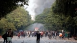India - Demonstrators hurl stones towards police during a protest against a new citizenship law, in New Delhi