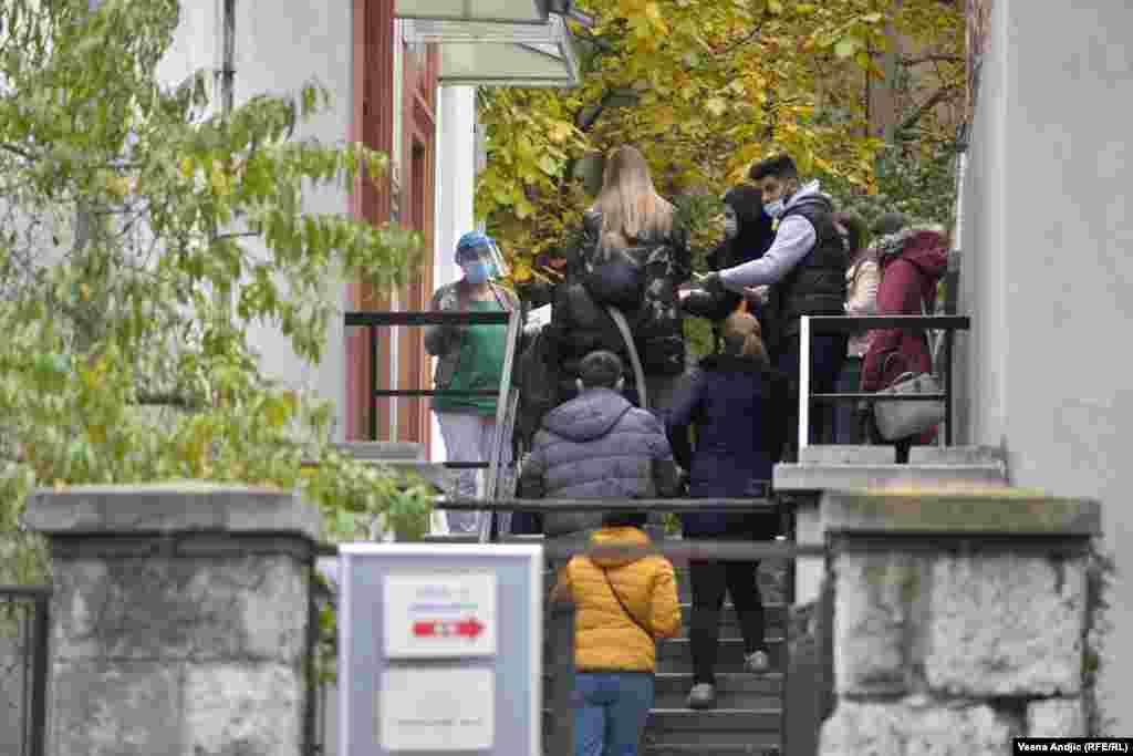 Gužve se mogu videti ispred COVID ambulanti u svim beogradskim opštinama (na slici - red ispred COVID ambulante u opštini Palilula, u četvrtak, 12. novembra)