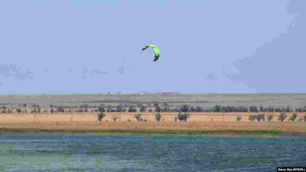 Одинокий кайтсерфер ловить свіжий вітерець