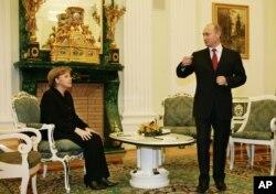 Анґела Меркель та Володимир Путін під час її першого візиту як канцлерки Німеччини до Москви, січень 2006 року