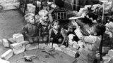 Берлинские дети играют в Luftbrucke (Воздушный мост). 1948