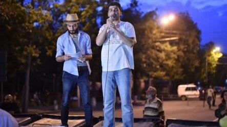 """""""Electric Yerevan"""" hərəkatının lideri Davit Sanasarian etirazçılara müraciət edir."""