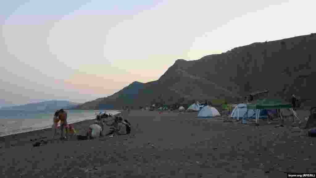 Денег за проход по берегу и за отдых в палатке никто не берет