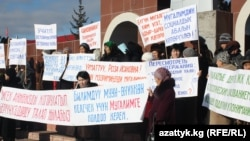Protesting teachers demanding wage increases inthe village of Kyzyl-Suu in mid-December.
