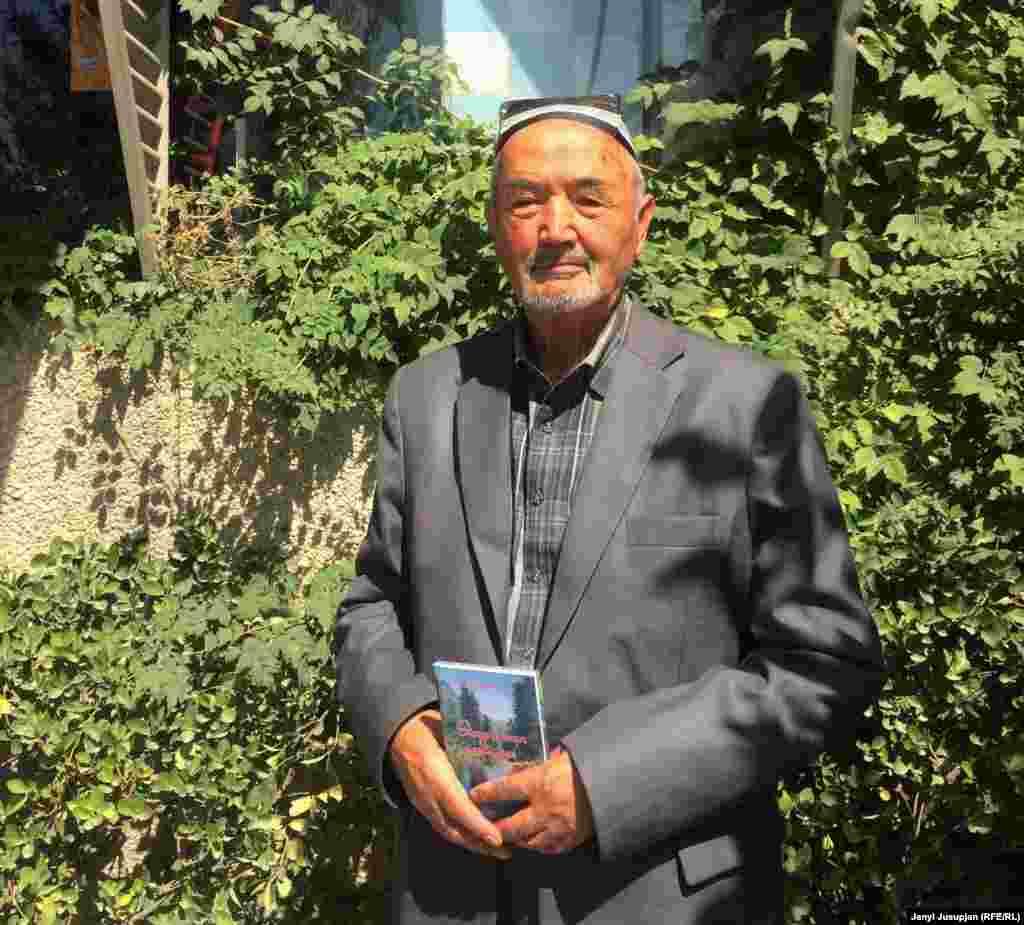 Поэт Шарифжон Абдураззоков, известный как Шарифжон Учкоргани, самая известная литературная личность среди таджиков Кыргызстана. В руках держит свой сборник стихотворений, переведенный на кыргызский Мирзохалимом Каримовым.