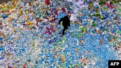 Полицейский во время уничтожения контрафактной продукции в Китае, 2013