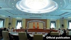 Кара-Кыргыз автоном облусунун түзүлгөндүгүнүн 90 жылдыгына байланыштуу президент Алмазбек Атамбаев менен Тарых илимдерин өнүктүрүү комиссиясынын өкүлдөрүнүн жолугушуусу. 14-октябрь 2014-ж.