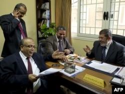 محمد مُرسی (راست)، رهبر حزب «آزادی و عدالت» اخوان المسلمین در کنار دیگر اعضای این حزب