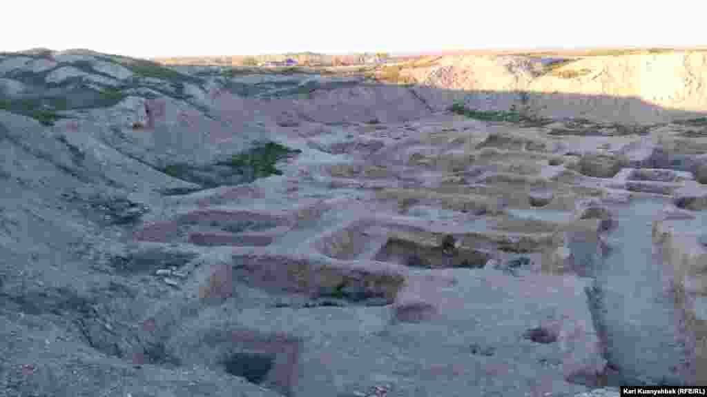 Отырар қаласының бір кезде археологиялық қазбалар жүргізіліп, қазір қараусыз қалған бөлігі.